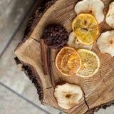 Getrocknete Klumpen der Frucht auf hölzernem Hintergrund Lizenzfreie Stockfotos