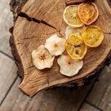 Getrocknete Klumpen der Frucht auf hölzernem Hintergrund Lizenzfreie Stockfotografie