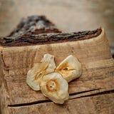 Getrocknete Klumpen der Frucht auf hölzernem Hintergrund Stockfotografie