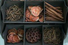 Getrocknete Kräuter in der Anzeige lizenzfreie stockfotos