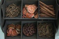 Getrocknete Kräuter in der Anzeige stockfotos