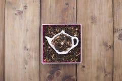 Getrocknete Kräuter für Tee, auf einer hölzernen Ronde Freier Platz für Text kopieren Sie Raum, Ebenenlage Stockfotografie