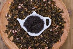 Getrocknete Kräuter für Tee, auf einer hölzernen Ronde Freier Platz für Text Kopieren Sie sapce Stockbilder
