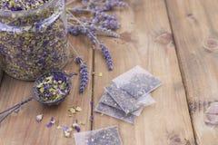 Getrocknete Kräuter und Blumen für Tee Hölzerner Hintergrund und freier Raum für Text oder Karten Lizenzfreie Stockfotos