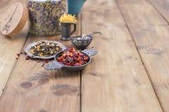 Getrocknete Kräuter und Blumen für Tee Hölzerner Hintergrund und freier Raum für Text oder Karten Lizenzfreies Stockfoto