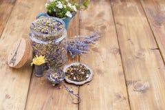 Getrocknete Kräuter und Blumen für Tee Hölzerner Hintergrund und freier Raum für Text oder Karten Lizenzfreie Stockbilder