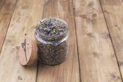 Getrocknete Kräuter und Blumen für Tee Hölzerner Hintergrund und freier Raum für Text oder Karten Kopieren Sie Platz Stockbilder