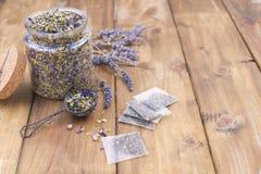 Getrocknete Kräuter und Blumen für Tee Hölzerner Hintergrund und freier Raum für Text oder Karten kopieren Sie spae Lizenzfreie Stockfotos