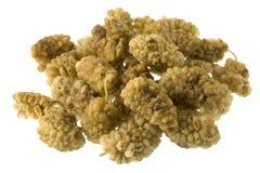 Getrocknete Maulbeerefrüchte auf Weiß lizenzfreie stockfotografie