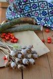 Getrocknete Mohnblumenköpfe auf dem gestickten Hintergrund Lizenzfreie Stockbilder