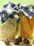 Getrocknete Nahrung, Mais und Startwerte für Zufallsgenerator im Glasglas lizenzfreies stockfoto