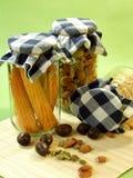 Getrocknete Nahrung, Mais und Startwerte für Zufallsgenerator im Glasglas stockbilder