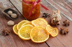 Getrocknete orange Schalen auf Holztisch Lizenzfreie Stockfotos