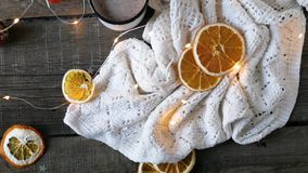 Getrocknete orange Scheiben, Weihnachtsdekor weißes Plaid mit einer Girlande Nahaufnahme stock video footage