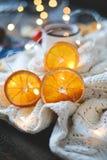 Getrocknete orange Scheiben, Weihnachtsdekor weißes Plaid mit einer Girlande Nahaufnahme stockbilder