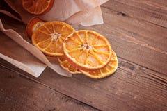 Getrocknete Orangen in einer Papierpapiertüte Stockbild
