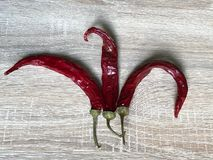 Getrocknete Pfeffer des roten Paprikas auf einem hölzernen Hintergrund stockfotos