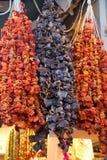 Getrocknete Pfeffer und Auberginen im Verkauf am Basar Stockbilder