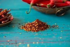 Getrocknete Pfeffersamen und frische Paprikas im Hintergrund Stockbilder