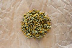 Getrocknete Ringelblume auf altem Papier, stockfoto