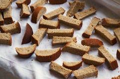 Getrocknete Stücke Brot auf dem Tuch Stockfotos