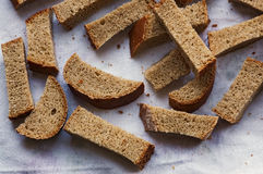 Getrocknete Stücke Brot auf dem Tuch Stockbild