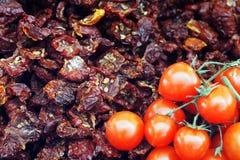 Getrocknete und frische Tomaten am Markt Lizenzfreie Stockfotografie
