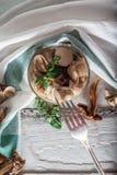 Getrocknete und marinierte Pilze in der Kiste auf hölzernem Hintergrund Stockfoto