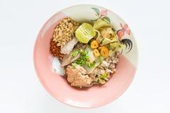 Getrocknete würzige Tom-yum Nudel der Nudeln mit Schweinefleisch und Wonton Stockfotos