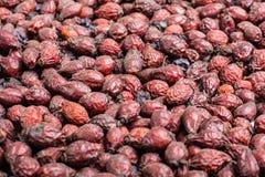 Getrocknete Weißdorn-Frucht Natürliche Beerengetränkeproduktion Arzneimittel Ginkgo biloba Badfelder auf dem Bambustellersegment Lizenzfreies Stockfoto