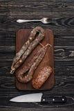 Getrocknete Wurst, Messer und Gabel Lizenzfreies Stockbild