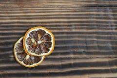 Getrocknete Zitrone auf einem hölzernen Hintergrund Stockfoto