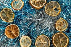 Getrocknete Zitronen und Lametta lizenzfreie stockfotos