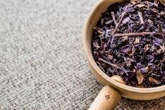 Getrockneter Basil Leaves Herbs im hölzernen Schöpflöffel/in Reyhan heraus Stockfoto