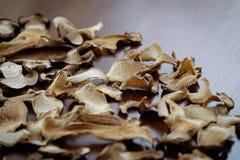 Getrockneter Boletuspilz schneidet Lebensmittelhintergrundbeschaffenheit Lizenzfreie Stockbilder