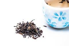 Getrockneter chinesischer Tee mit Tasse Tee Stockfotos