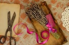 Getrockneter Lavendel, Weinlesescheren, Buch und Spitze Doily Lizenzfreies Stockbild