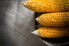 Getrockneter Mais-Stiel im Korb lizenzfreie stockbilder