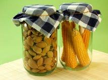 Getrockneter Mais und Startwerte für Zufallsgenerator im Glasglas stockfoto