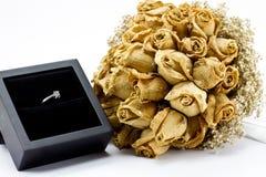 Getrockneter Roseblumenstrauß und Verlobungsring Lizenzfreie Stockbilder