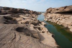 Getrockneter See im Sommer stockbild