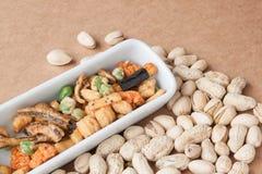Getrockneter Snack und Nüsse mischen auf Papierhintergründen Stockfotografie