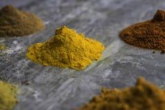 Getrocknetes gemischtes organisches Gewürz pulverisiert auf einem Marmorküche worktop Hintergrund lizenzfreie stockfotografie