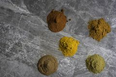 Getrocknetes gemischtes organisches Gewürz pulverisiert auf einem Marmorküche worktop Hintergrund, der von oben fotografiert wird stockfoto