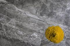 Getrocknetes organisches Gelbwurzwurzelpulver auf einem Marmorküche worktop Hintergrund stockbilder