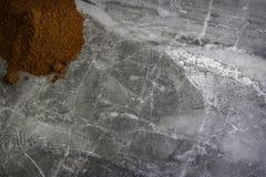 Getrocknetes organisches geräuchertes Paprikapulver auf einem Marmorküche worktop Hintergrund fotografiert von oben lizenzfreie stockbilder