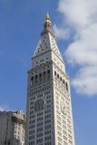 Getroffener Leben-Turm mit ikonenhafter Uhr im Plätteisenbezirk in Manhattan Stockfotografie
