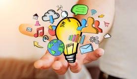 Getrokken de hand van de zakenmanholding lightbulb en de pictogrammen van verschillende media Stock Foto's