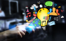 Getrokken de hand van de zakenmanholding lightbulb en de pictogrammen van verschillende media Royalty-vrije Stock Foto's