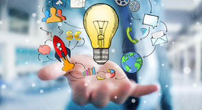 Getrokken de hand van de zakenmanholding lightbulb en de pictogrammen van verschillende media Royalty-vrije Stock Foto